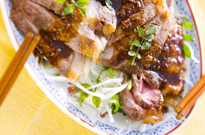 こちらも、中華風。甜面醤を使った甘辛のたれソースは、ご飯にもぴったり。付け合わせの野菜ももりもり食べられます。丼物にしてもおいしそうですね。