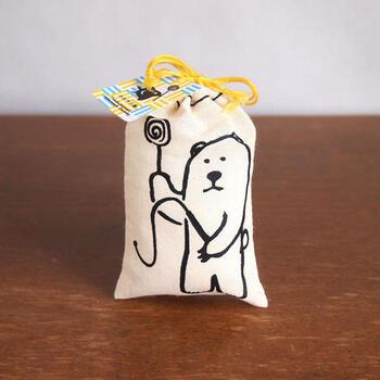 ゆるいイラストの巾着が可愛い「おきもち飴」。創業約100年の手作り飴の老舗「玉力製菓」が伝統の技術で作った飴が入っています。
