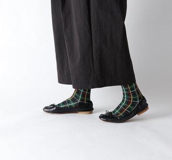 シックなシンプル服には、あたたかみのある柄靴下がおすすめ。チェック柄や刺しゅうなど、ほっこりするようなデザインを選んでみて。落ち着いた色でも柄がアクセントになるので、派手さの苦手な方でも安心です。