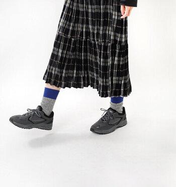 柄を使った服装なら、柄の一部分の色×靴下の色を揃えると、目を惹くハイセンスな着こなしに。難しそうな印象ですが、色を抽出するだけで似合うので意外とカンタン♪