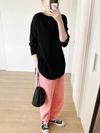 カットソー感覚で着るラフな黒ニットスタイル。絶妙なゆるさが魅力のパンツは、明るいピンクのビタミンカラーを合わせて軽快さをプラス。小物を黒で統一しているので、カジュアルだけど適当に見えないコーディネートに仕上がっています。