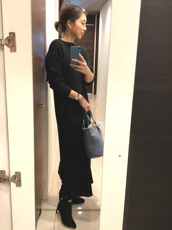 全身黒でまとめるときは、ヘアスタイルをきゅっと小さくまとめると、バランスが整いやすくスタイルアップ効果も期待できます。手首をちらりとのぞかせると、ぬけ感が出てぐっとこなれた雰囲気に。