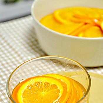 ④冷ます→再び火にかける 弱火で5分〜10分煮たあと火を消し、そのまま冷ましましょう。この工程をもう一度繰り返すと、オレンジに艶が出てくるはず。  本格派の方は、このまま一晩放置するのもおすすめ。シロップがジュワッとオレンジに染み込んで、奥深い甘味に仕上がります。