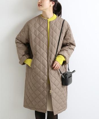 「IENA(イエナ)」のキルティングコートは、丸みのある女性らしいシルエットが人気。ゴールドのジッパーでキレイ目な服装とも相性ばっちりです。こだわりの素材と中綿で、着心地や保温性も優れています。カジュアルすぎるデザインが苦手な人にもおすすめです。