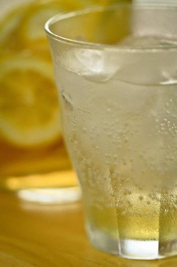 レモン水の効果ですが、特に美容とダイエットにおいて注目されています。 レモンにはコラーゲンの合成に不可欠な水溶性のビタミンCが多く含まれているので、美肌にもいいといわれています。 また、ウイルスに対する抵抗力がアップするので風邪の予防にもおすすめなのだそう。
