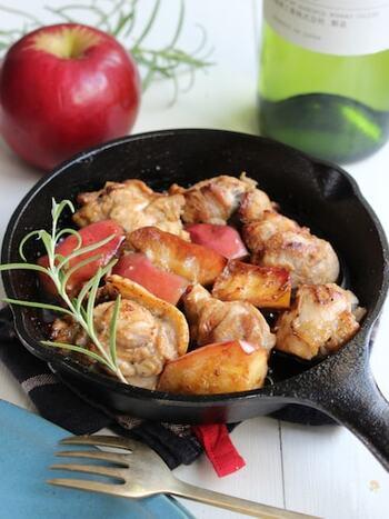 りんごはお肉との相性も良いので、メインおかずにもぜひ取り入れてみてください。こちらは、鶏もも肉とりんごを一緒に、マリネ液に漬けてから焼いた料理。一晩漬け込むので、前日から準備しましょう。こんがり焼けた、見た目にもおしゃれな一品です。