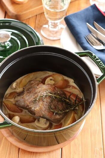 こちらは、豚肉とりんごを合わせた料理です。最初に豚肉を塩やハーブと一緒に寝かせるので、余裕があればこちらも前日から準備しておきましょう。りんごと玉ねぎ、マッシュルームなどと一緒に白ワインで蒸し焼きに。とっておきのディナーなどにぴったりのグルメです♪