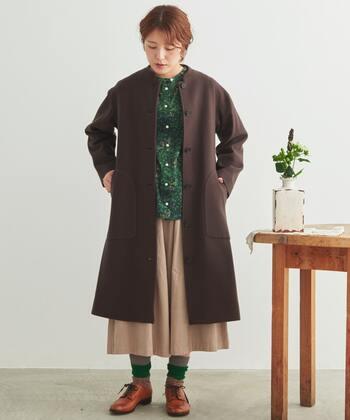靴下をくしゅっとたるませる履き方は、全身をあたたかい雰囲気で包み込んでくれます。リブ編みで厚手の靴下は、足元にボリューム感が出やすくおすすめ。