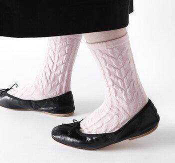 葉っぱの重なりをイメージして作られた、コンセプトも素敵な靴下。ポコポコとした立体感は、あたたかみがトレンドの今季にぴったりです。落ち着いた冬のコーデに、ふんわり感と動きを与えてくれます♪