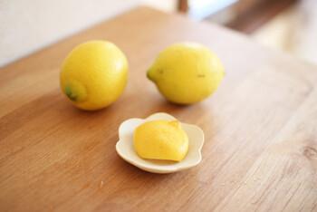 レモンウォーターには注意点もあります。レモンは紫外線を吸収しシミを作る「ソラレン」という物質も含んでいます。紫外線が強くなる時期は、外へ出かける前の朝や昼にレモン水を飲まないようにしましょう。