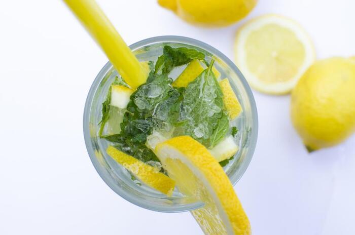 スイートバジルもレモン水と好相性!溶かしておいたハチミツを入れて水を注げば出来上がりです。