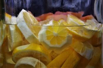 酸味たっぷりのレモンに水の代わりに酢を加えれば、お酢パワーの相乗効果が期待できます。水や炭酸水で割ってドリンクとして飲んでもいいし、揚げ物やサラダ等いろんなものにかけてもおいしい♪