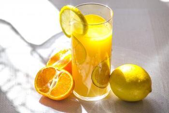 飲むタイミングは、朝起きてから朝食前までの間が最も良いと言われています。朝以外では夕食後や寝る前に飲むと、体も温まりスムーズに眠れそうですね。
