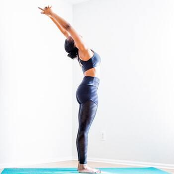 1、立ちの姿勢から始めます。(山のポーズ) 2、お腹をぐっと引き上げて背筋を伸ばし、鼻から息を吸いながら両手を横から天井に。両手を合わせて3~5呼吸します。 3、余裕があれば、吸いながら上体を反らせてみましょう。  背中のこりをほぐし、二の腕痩せにも効果的です。