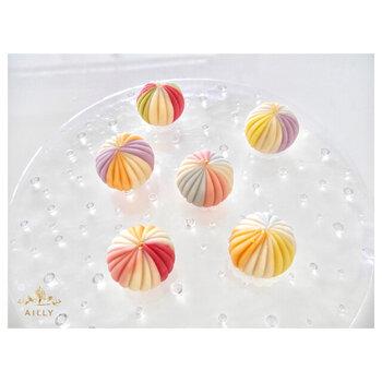 こちらの「練り切り製上生菓子」は、日本の和菓子の繊細な美しさを堪能できる逸品。無添加のあんこを使用し、白砂糖は使っていません。カラフルな色は天然着色料で色付けしています。