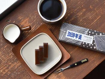 一見普通の羊羹のようですが、あんこに削ったコーヒー豆の粉が練りこまれています。しっとりとした口当たりで、コーヒーの香りがしっかりと香ります。カフェインレスのコーヒー豆を使用しているのも◎クリームをかけてカフェオレ羊羹にするのもおすすめです。