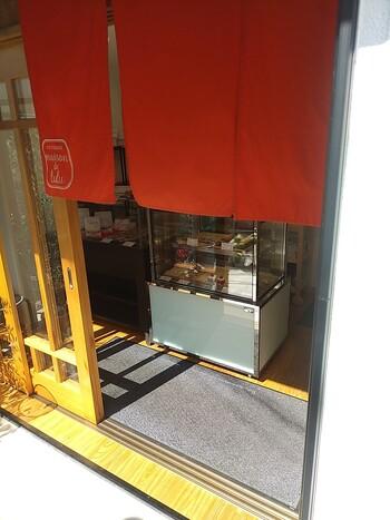 鎌倉の一角に小さく店舗を構えるメゾンドルルは、繊細で細やかな技術が行き届いたプティフールや焼き菓子が評判。鎌倉を訪れたらぜひ立ち寄りたい、小さな名店です。  ※FAXや電話にて取り置きすることは可能ですが、オンラインストアやショップは行っていませんのでご注意ください。