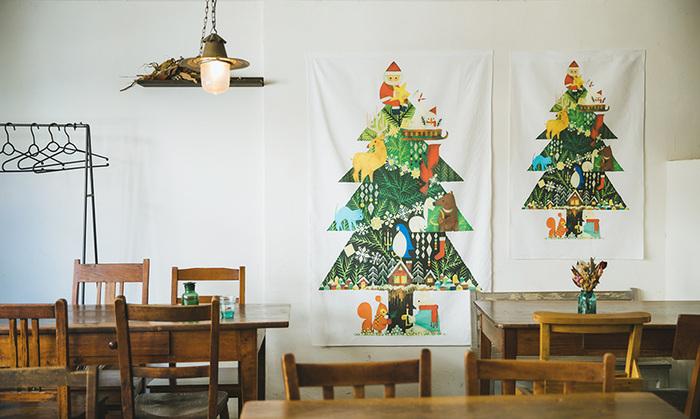 明るい色使いでクリスマスのワクワクとした気分を盛り上げてくれるタペストリーです。動物やサンタクロースなど、色々なモチーフが入っていて、子供が喜びそう。子供部屋の飾りにもぴったりですね。
