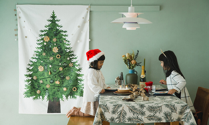 存在感のあるもみの木がシンプルでキレイなタペストリーです。さり気なくツリーの飾りが描かれているから、一枚で飾っても雰囲気が出ます。大人っぽくシックな雰囲気のお部屋にも似合いそうです。