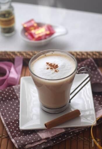 紅茶をベースにスパイスと黒砂糖で、じんわりと体を温めてくれるチャイ。市販のチャイも良いですが、たまには本格的なチャイを自宅で楽しんでみては?鍋でコトコト。特別感のある1杯の完成です。