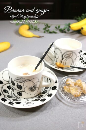 バナナと牛乳にハチミツをジンジャーを入れてミキサーをオン。体を温めてくれるショウガパワーとお通じを良くするバナナで、体の内側からデトックスすることができる健康的なホットドリンクです。
