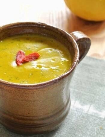 冬野菜で冷えを予防するカボチャの優しい甘みを活かしたスムージー。牛乳とはちみつで、しっかりミキサーで撹拌させると体の芯から温まるドリンクに。満腹感も得られるので、朝食におすすめです。