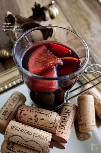 オレンジやリンゴのフルーツが入った赤ワインを使ったホットワイン。紅茶も入っているので、香りが良くアルコールが苦手でも飲みやすい仕上がります。