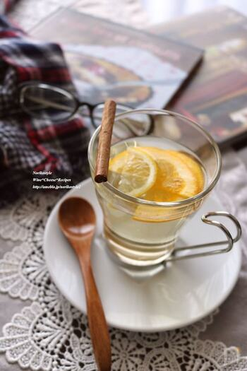 白ワインでさっぱりと仕上げたホットワインには柑橘系のフルーツがマッチします。オレンジやレモンを入れて、スッキリとした飲み口に。お好みでシナモンをプラスすれば、リッチな風味で体もポカポカ温まります。