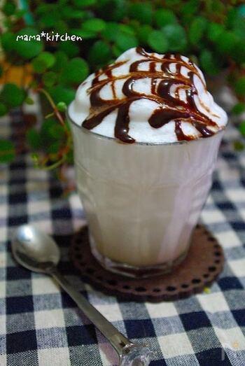 コーヒーリキュールを使ったカルーアミルク。スチームミルクを乗せ、チョコレートシロップをかければカフェモカ風のホットカクテルの完成です。見た目も華やかなので、パーティーメニューとしても◎