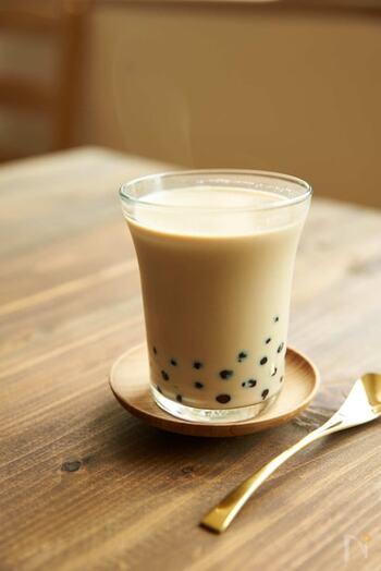 優しい味わいでほっこりとした素朴さが魅力のほうじ茶ラテ。ブームにもなったタピオカを入れて、食感の楽しいホットドリンクはいかがですか?砂糖を黒糖にしたり、ほうじ茶をミルクティーに変えても美味しいアレンジドリンクに早変わりです。