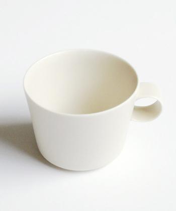 """シンプルだけどかわいらしさが際立つブランド「yumiko iihoshi(ユミコ イイホシ)」。  unjour(アンジュール)シリーズは、朝をイメージした""""matin(マタン)"""" 、午後は""""aprés midi(アプレミディ)""""、夜ふけには""""nuit(ヌイ)""""と、1日の時間帯によって使い分けられるように考えられています。  その中のmatinはスープも飲むことを想定して大きめに作られています。ミルクをたっぷり入れたカフェオレを飲むのにもぴったり。"""