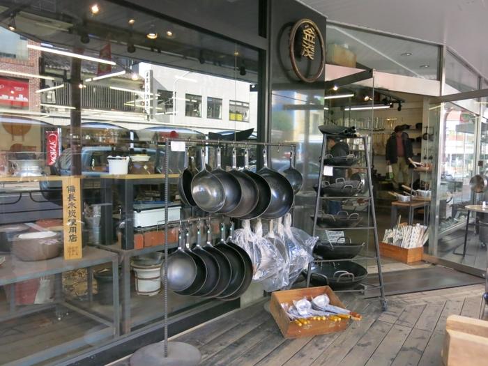 お店オリジナルの南部鉄器も人気アイテムのひとつ。高い熱伝導率や丈夫さからその魅力が注目されています。すき焼きや寄せ鍋用にいかがでしょうか?