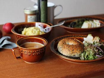 庶民の日常使いの器として親しまれてきた、くらわんか碗。少し大きめのくらわんか碗はご飯やおかず、スープなど何を入れてもOK。  そんなくらわんか碗の精神を引き継いで作られたのが「DAYS OF KURAWANKA(デイズオブクラワンカ)」シリーズ。