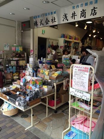 「浅井商店」は神田に明治28年創業した老舗店。かっぱ橋にお店を構えたのは戦後になってからのこと。宮内庁大膳課御用や虎屋、文明堂などにむけて、パンやお菓子の型や道具を販売しています。