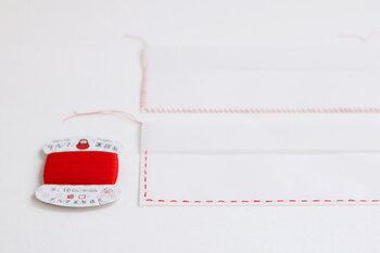 封筒には最初から穴が開いているので、その点に沿って糸を通していくだけでOK。誰でも簡単に、素敵なハンドメイド封筒を仕上げることができますよ。