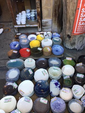 「ニイミ洋食器店」の向かいにある「和の器 田窯(でんがま)」。お店の入り口にはたくさんの器が並び、まるで陶器市のよう。日本全国の窯元で直接買い付けた器が所狭しと並んでいますよ。