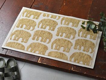 リズミカルに可愛らしい象が並んだデザインのフィンレイソンの玄関マットは、おうちの印象をぱっと明るくしてくれるおしゃれなマットです。しなやかなゴブランシェニール織りで毛足が短く、さっぱりとした心地よさがあります。  裏面は滑りにくい加工がされているので、一枚でも安心して使えますね。薄手なので収納にも困りません。  ・おしゃれ ★★★ ・汚れがおちやすい ★★ ・洗濯しやすい ★ ・サイズ:50x80cm