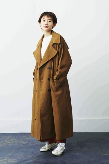 シュッとジャストサイズで着こなす印象が強いトレンチコートですが、今年はオーバーサイズをゆるっと合わせるスタイルもおすすめ。フロントを開けてバサっと羽織っても、ベルトできゅっとしめてワンピース風に着ても素敵です。足元にスニーカーを合わせることで、カチッとしすぎない大人カジュアルな装いが完成します。