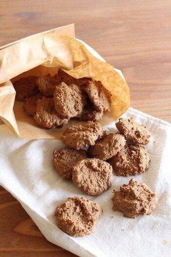 プロテインとおからを混ぜて作るシンプルなクッキーは、材料を混ぜて焼くだけの簡単レシピ。スプーンですくって、ひと匙ずつ、クッキーに成形しています。  豆乳も入っているので、とてもヘルシー。小腹がすいたとき用に常備しておきたくなりますね。