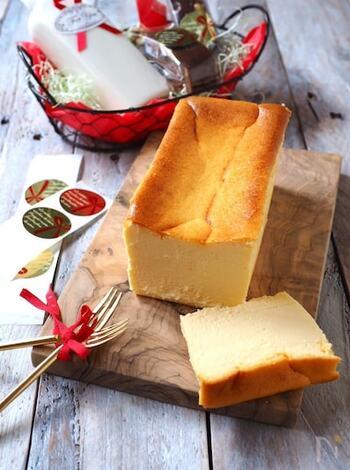 サワークリームとクリームチーズにプロテインを混ぜ合わせたチーズテリーヌはおもてなしにも使える上品な逸品。美味しく、プロテインを摂取することができます。  卵黄を加えたら空気が入らないように、静かに混ぜると中がぎゅっと詰まった美しい仕上がりになりますよ。