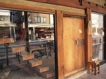 """「Soi」は、カッパバシコーヒー&バーの隣にあるおしゃれな雰囲気の人気店です。店名の由来は""""泝癒(そい)""""という少し難しい言葉。""""ものを介して時をさかのぼり、いやされる""""という意味が込められています。"""