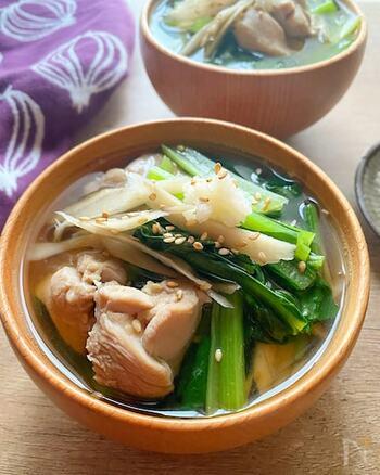 1杯でタンパク質、食物繊維、ビタミンなどさまざまな栄養が摂れる満足スープです。鶏肉や根菜の旨味がギュッと凝縮されたシンプルなだし汁は、最後まで飲み干したい優しい味わい。