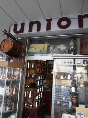 メインストリートの交差点でひときわ目を惹く「ユニオン」は、コーヒー好きなら一度は訪れたいお店。レトロな外観とコーヒー豆の香りに誘われて、なかに入ってみませんか?