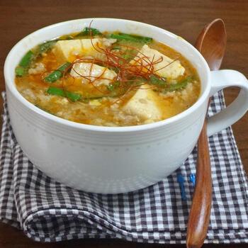 ひき肉の旨味がお豆腐に染み込んだおかずスープ。発酵食品である豆腐を主役に、たっぷりの山椒や胡椒などの香り高いスパイスを楽しめる1杯です。
