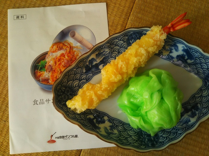 「天ぷら&レタス」は通年行われていて、昔ながらの蝋(ろう)で作ります。家族連れで体験するのも楽しいですよ。