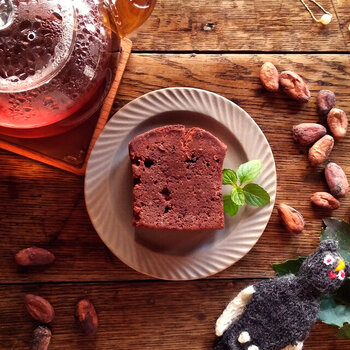 自家製のBean to Barチョコレートを贅沢に使った、カカオ豆の香りを堪能できるチョコレートケーキ。スーパーフードとしても注目されているカカオニブも入っているので、コリッとした食感も楽しめます。