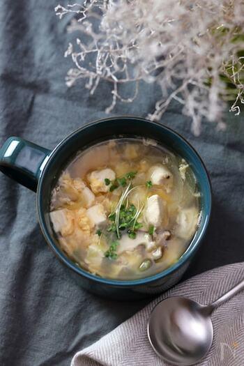 鶏のささみに豆腐、卵、そして野菜を入れてボリューム感を出した食べるスープです。ささみはスープ仕立てにすると、パサつきも気にならず、少量でも満腹感を得られます。鶏肉やきのこなどのじんわりとした旨みを感じるスープです。  運動の後、軽く食べたいときにもスープならするりと喉を通りますよね。