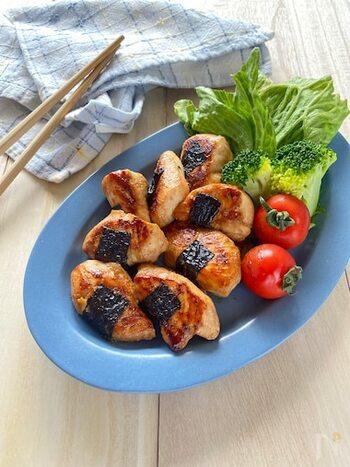鶏のささみはアスリートにも人気の高たんぱく低脂質食材です。カットしやすく、手早く調理できるので、忙しいママにも喜ばれる食材のひとつですよね。  一口大にカットしたら、海苔を巻いて食感と風味のアクセントをつけて。蓋をして焼き上げることで、ふっくらとジューシーな仕上がりになります。冷めても美味しいので、お弁当のおかずとしてもおすすめです。