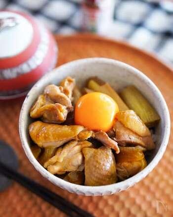鶏肉や玉ねぎをすき焼きのタレで煮込んで、丼物に。最後に卵黄を落とせば、味は親子丼風。卵とじにする必要もなく簡単ですね。