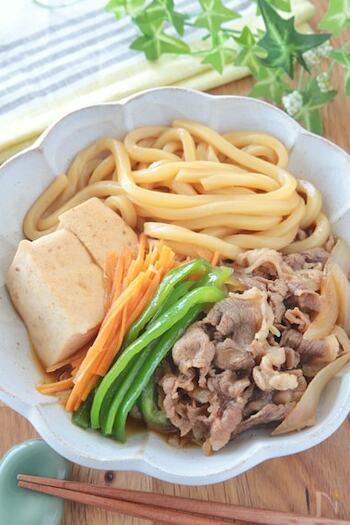 肉豆腐は、栄養も摂れて、しかもカロリー控えめでヘルシーなのがいいですね。こちらは、うどん入りでボリュームアップ。野菜も入って、ひと皿で完結する一品です。